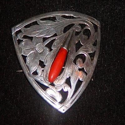 Amsterdamse school zilveren broche met bloedkoraal