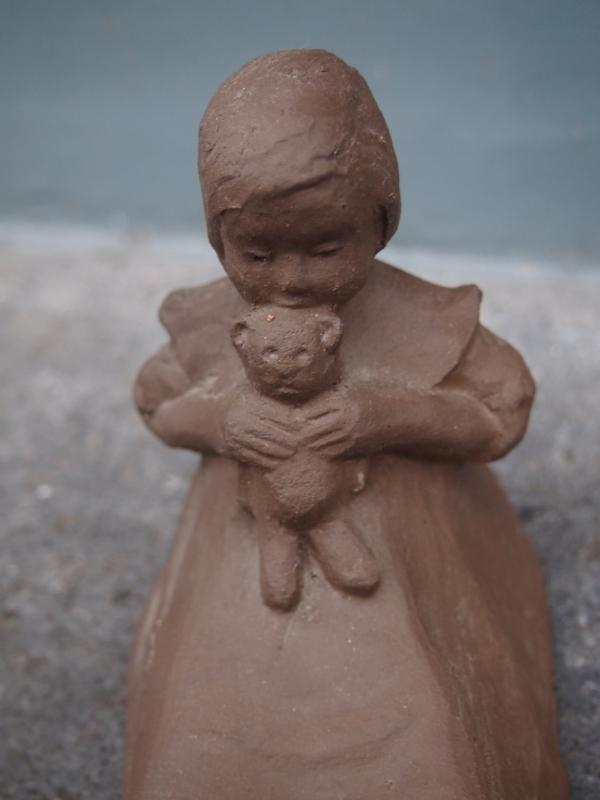 Chris v/d Hoef vormstukje van meisje met teddybeer ca. 1905